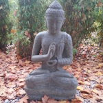 Eine der Buddha-Figuren im Außenbereich.