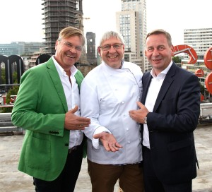 Michael Roden, Matthias Buchholz und Uwe Timm v. l.) auf dem Dach des Europa-Centers. Foto: Huber