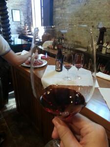 Verkostungspause in  einer Weinkellerei.
