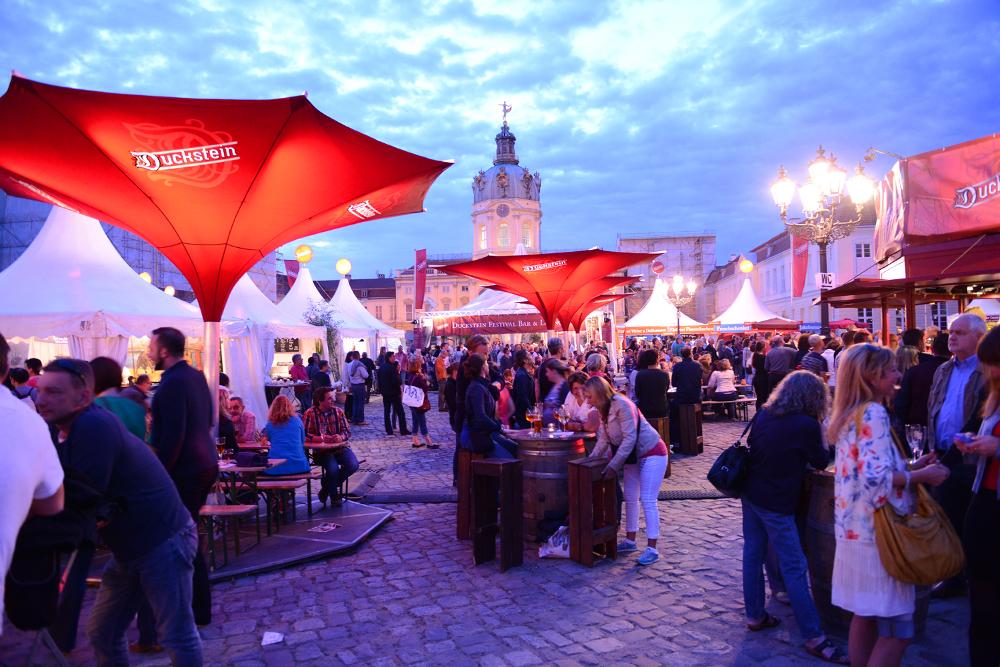 Einen entspannten Sommerabend genießen auf dem Duckstein-Festival.