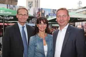 Geschäftsstellenleiterin Jennifer Woelki mit dem Regierenden Bürgermeister Michael Müller und Vorstandsmitglied Uwe Timm (r.).