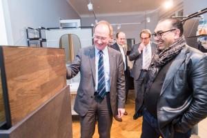 Bundestagsabgeordneter Klaus-Dieter Gröhler (l.) bei der Besichtigung des Showrooms.