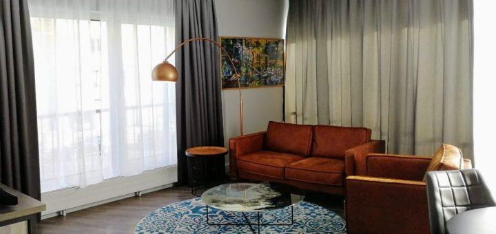 Eines der großzügigen und hellen Eckzimmer des Hotel Berlin, Berlin.
