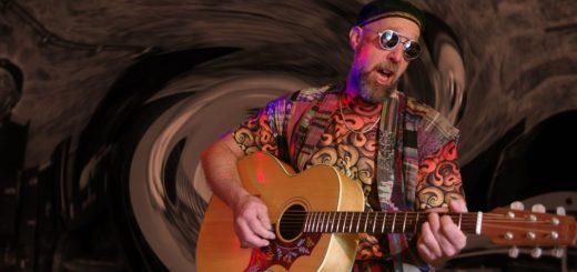 Dave Mackey mit seiner Gitarre.