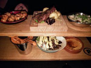 Die kleinen Gerichte werden auf Boards angerichetet und auf dem Tisch platzsparend mittig aufgehängt.