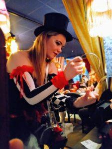 Kleine Zaubertricks werden am Tisch vorgeführt.