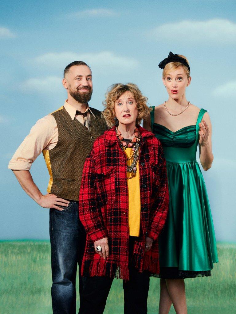 """Marcus (Bürger Lars Dietrich) und Judy (Judith Richter, hinten rechts) haben einen Faible für die 1950er Jahre. Judys Mutter (Beatrice Richter) findet Nostalgie schlimm und sagt: """"Dafür habe ich nicht gekämpft. Foto: Michael Petersohn"""
