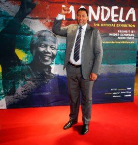 Nkosi Zwelivelile Mandela, Nelson Mandelas Enkel, eröffnete die Ausstellung in Berlin.