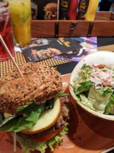 Zum Abendmenü gab es Burger, Salat und einen Cocktail.